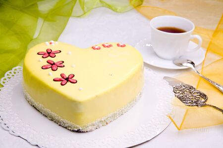 sweet love: dulce amor pastel con flores - forma coraz�n