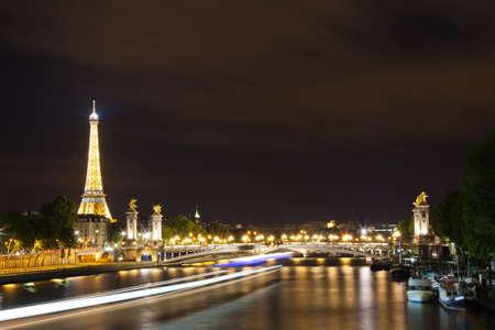 seine: een uitzicht over Parijs bij nacht