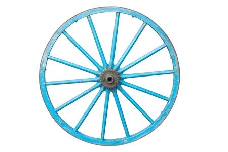 carreta madera: Una vieja rueda de carro azul - aislado en fondo blanco