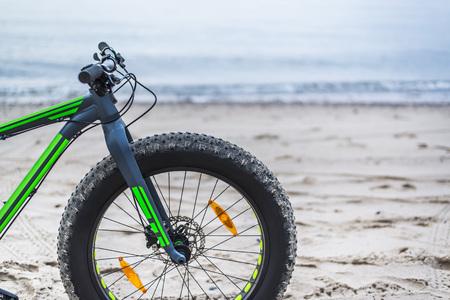 gordos: bicicleta de grasa en la playa cerca de Kolobrzeg - Polonia