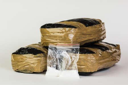 Drugspakketten geïsoleerd op een witte achtergrond Stockfoto