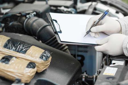 Enquête sur les crimes. preuve sur la scène du crime. drogues. médicaments dans les voitures Banque d'images - 87547513