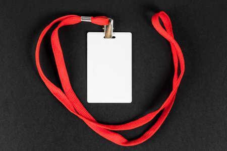 黒い背景にオレンジ色のベルトを持つ空のカードIDアイコン。テキスト用のスペース。
