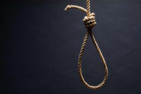 Schlinge. Das Konzept von Mord oder Selbstmord. Auf dunklem Hintergrund.