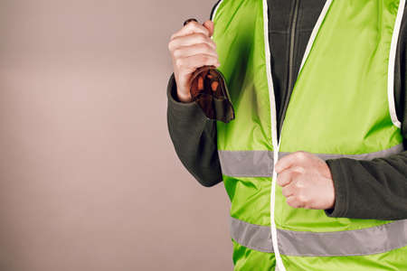 man in a yellow vest protesting with a broken bottle in his hands 版權商用圖片
