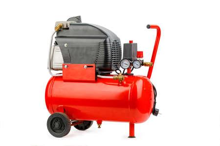 Compressore d'aria. Un compressore esterno. compressore industriale in rosso su sfondo bianco.
