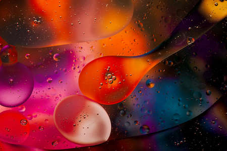 Close-up of the movement of oil droplets on the water surface. Colorful abstract macro background of oil drops on the water surface Standard-Bild