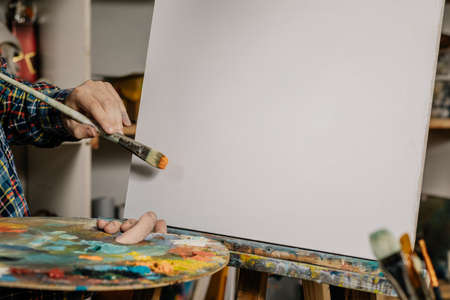 The artist in the art class of the school as a drawing course. Discounts on products for artists. Easel for still lifes. Foto de archivo