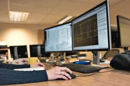 オフィス デザインのマウスを持っている女性の手の仕事します。女性の建築家が建物を設計