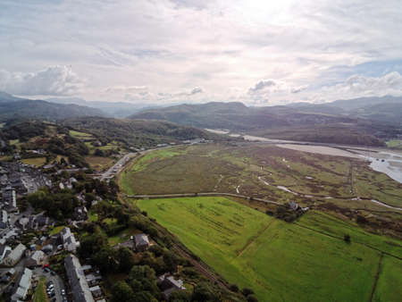 Aerial view, Drone panorama of Penrhyndeudraeth bay during low tide in Wales Standard-Bild