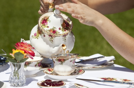 high tea: Pouring black tea at an outdoor high tea event