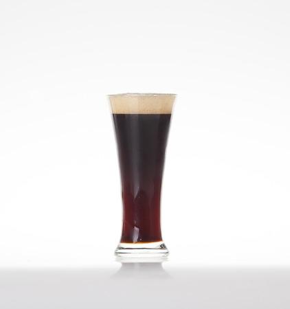 schwarzbier: Dunkles Bier in einem Glas auf einem wei�en Hintergrund