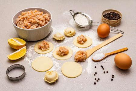 Fischknödel. Zutaten für die Hausmannskost. Frischer Teig, Fisch, Gewürze, Kochutensilien. Steinbeton Hintergrund