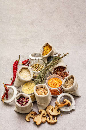Zero waste food shopping concept. Cereals, pasta, legumes, dried mushrooms, spices. Sustainable lifestyle, stone concrete background, copy space Banque d'images