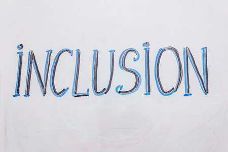 """Handgezeichnetes Wort """"Inklusion"""" auf der Markierungstafel. Blaue und schwarze Farbe, weißer Hintergrund"""