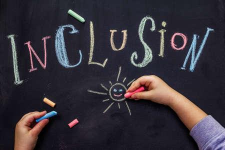 Wortaufnahme auf schwarzer Schultafel mit Kreide geschrieben. Kinderhände, Bildungskonzept