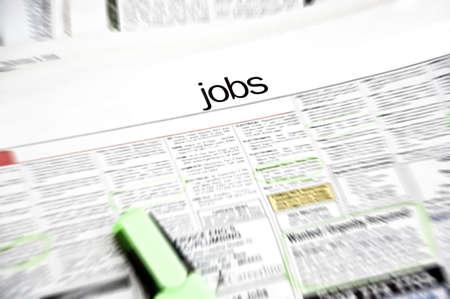 Job-anzeigen in der Zeitungsseite mit Marker und einige Arbeitsplätze gekennzeichnet Standard-Bild