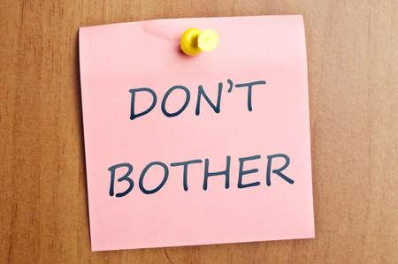 verst�ren: K�mmern Sie sich nicht post es auf Holzwand