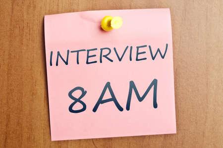 Recordatorio de entrevista publicarlo en pared de madera Foto de archivo - 8925376