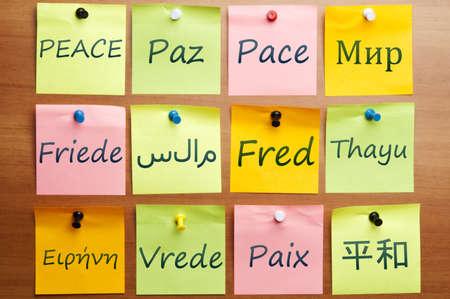 paz mundial: Palabra de paz escrito sobre la publique en 12 idiomas Foto de archivo