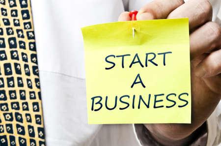Starten Sie eine Business-Post post-it es in Business Man hand