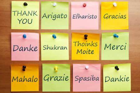 gratitudine: Parola di ringraziamento post-it in 12 lingue Archivio Fotografico