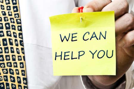 you can: Podemos ayudar a publicarla en la mano del hombre de negocios