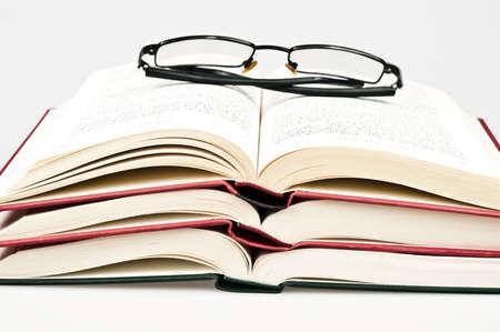 libros abiertos: Libros abiertos y gafas Foto de archivo