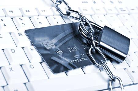 retail chain: Carta di credito su una tastiera bianca