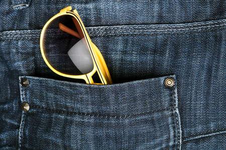 sole occhiali: Jeans tasca closeup con occhiali da sole