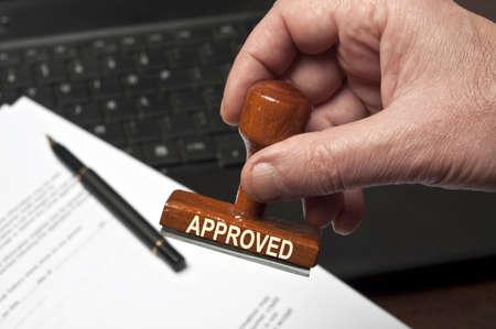 tampon approuv�: Approuv� le timbre en main m�le Banque d'images