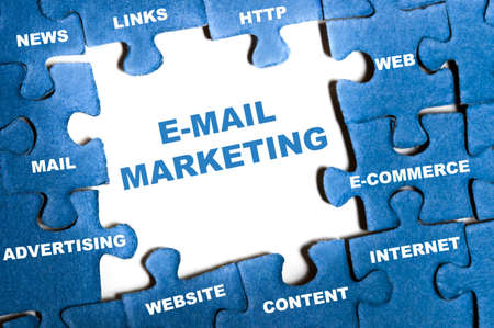marketing strategy: E-Mail-marketing-blaue Puzzle-Teile