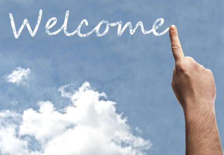 bienvenida: Palabra bienvenida en el cielo azul Foto de archivo