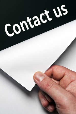 contact info: Contattaci parola scoperto da mano maschile Archivio Fotografico