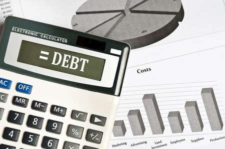 economie: Schuld woord op elektronische rekenmachine Stockfoto