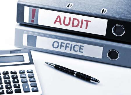auditor�a: Escritura de auditor�a sobre herramientas carpeta y Oficina Foto de archivo