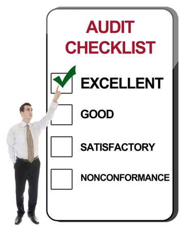 auditor�a: Hombre de negocios apunta a lista de comprobaci�n de auditor�a