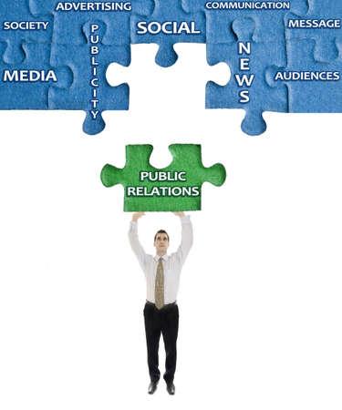 relations publiques: Publique sur les relations mot casse-t�te dans les mains de l'homme Banque d'images