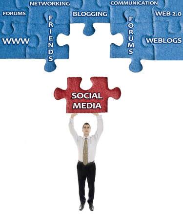 apoyo social: Social Media en la palabra del rompecabezas en manos del hombre