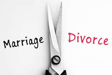 Ehe und Scheidung Worten mit der Schere in der Mitte