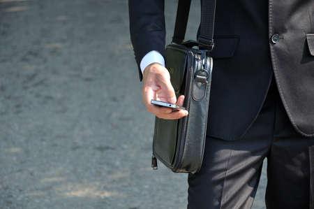 celulas humanas: Hombre de negocios a pie por la carretera