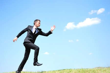 Business-Mann läuft in der Natur