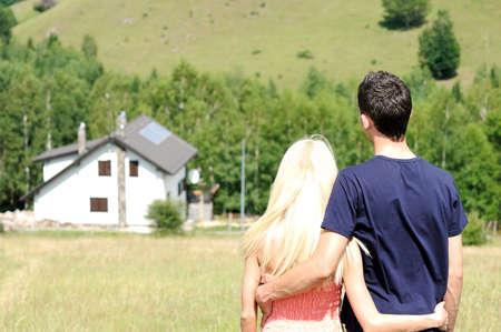 Dream Home: Junges Paar tr�umt ein Haus Lizenzfreie Bilder