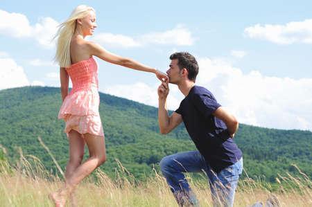 besos apasionados: Beso novio chica de la mano en la naturaleza Foto de archivo