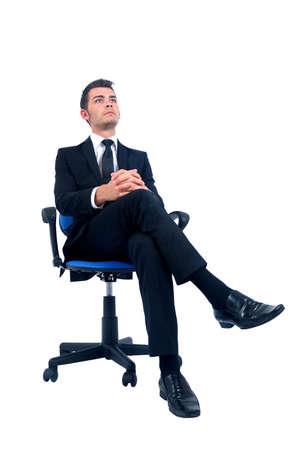 hombre sentado: El hombre aislado de negocios joven se relaja en silla