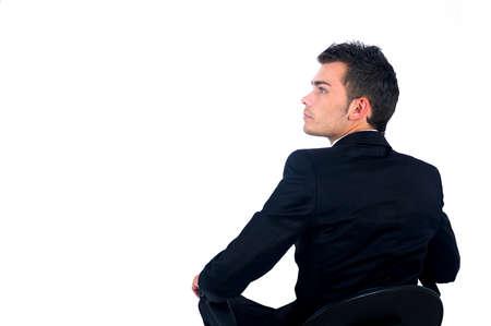 Geïsoleerde jonge zakenman zittend op stoel