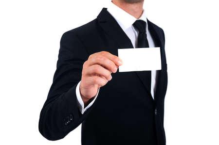 Isolierte Mann im Anzug zeigt Visitenkarte