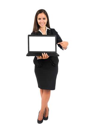 Isolé jeune femme d'affaires présentant un ordinateur portable