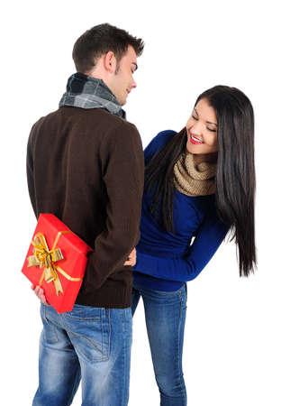 Isolé jeune couple occasionnel avec un cadeau Banque d'images