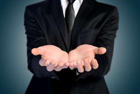 alzando la mano: Hombre oferta de mano y la celebraci�n de nada